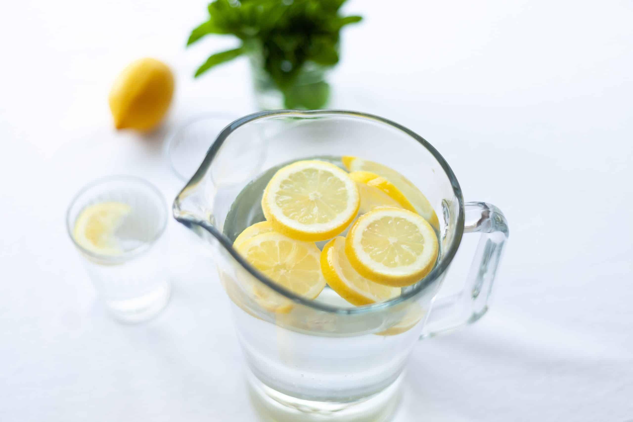 Pichet d'eau avec du citron