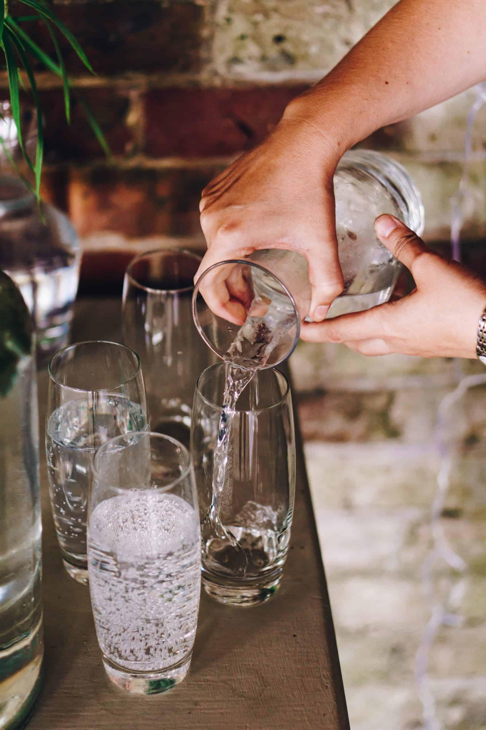 Carafe d'eau que l'on verse dans un verre
