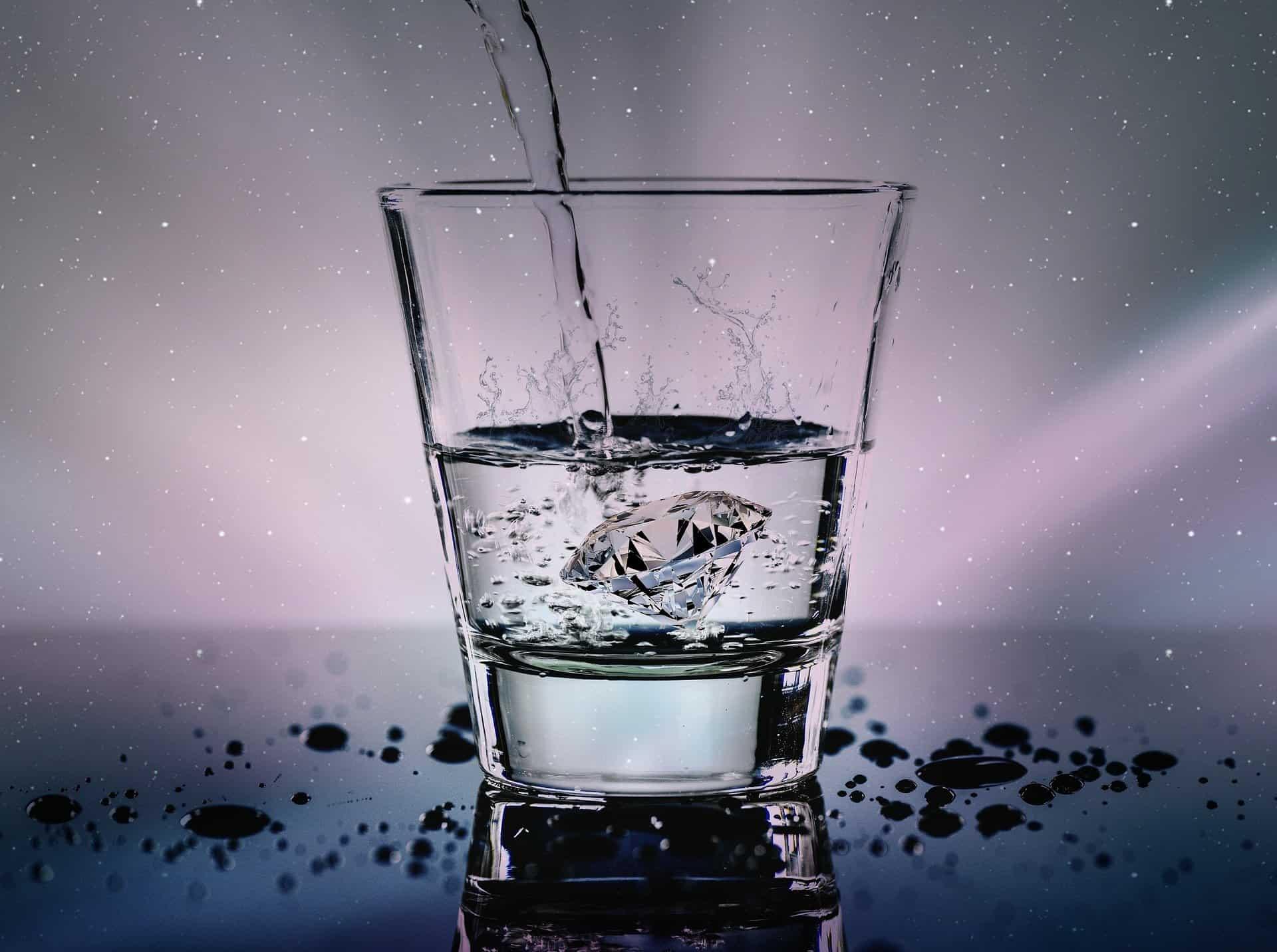 Verre d'eau gazeuse représentée par un diamant